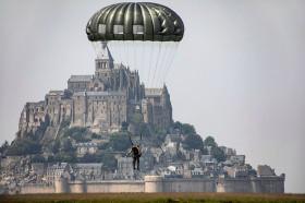 Para_Mont_St-Michel_A201_USA