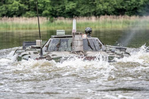 BMP-1_Pologne_A102_franchissement_tir