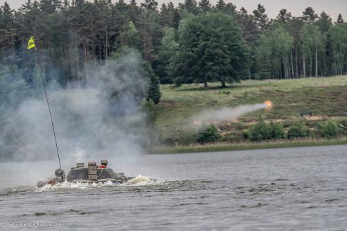 BMP-1_Pologne_A104_franchissement_tir