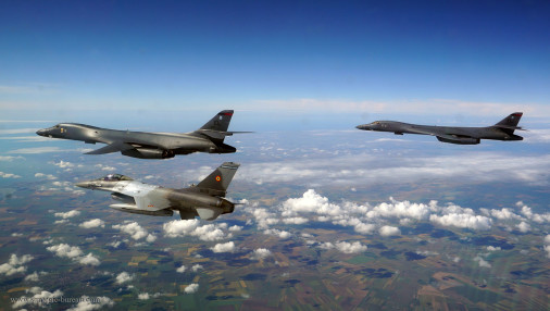 B-1B_Lancer_bombardier_USA_A105_F-16