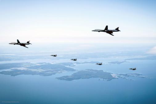 B-1B_Lancer_bombardier_USA_A107_JAS-39_Gripen
