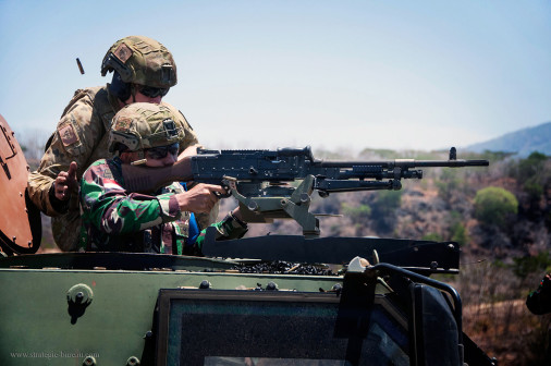 Bushmaster_4x4_Australie_tir_mitrailleuse_7,62mm_A101