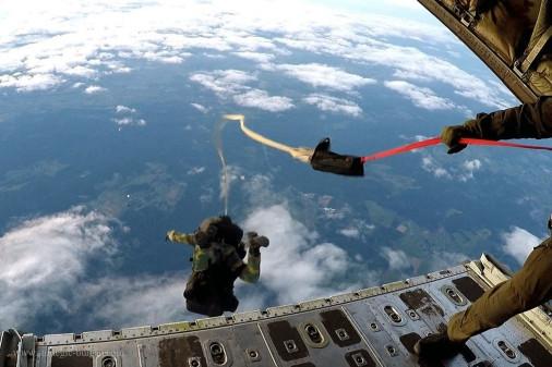 Parachutage_THA_belge_A105_C-130_Hercules