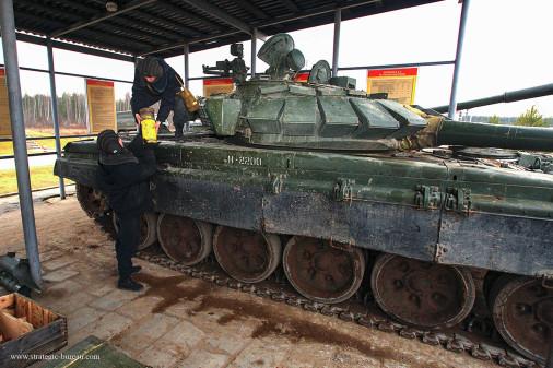 T-72BM_char_Russie_A201_tir_peloton